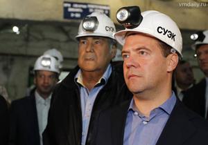 Д. Медведев в каске со светодиодным светильником СГГ10